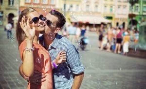 Paar im Sommerurlaub