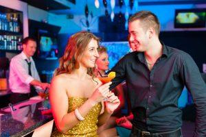 Date in einer Cocktail-Bar