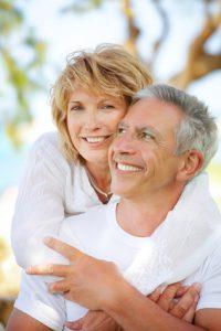 Älteres Paar demonstriert Zuneigung