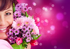 Frau mit Frühlings-Blumenstrauß