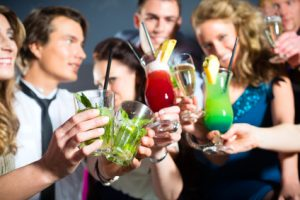 Junge Erwachsene trinken Cocktails