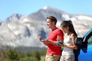 Junges Paar beim Outdoor-Urlaub