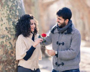 Mann schenkt Frau eine Rose