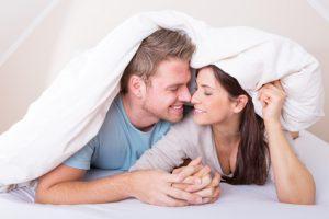 Verliebtes Paar unter der Bettdecke