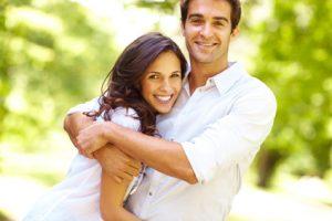 Glückliches Paar umarmt sich
