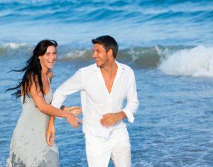Paar hat Spaß am Meer