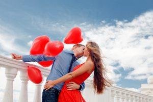 Paar küsst sich innig