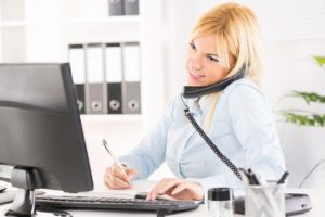Frau telefoniert im Office
