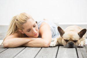 Sportliche Frau mit ihrem Hund