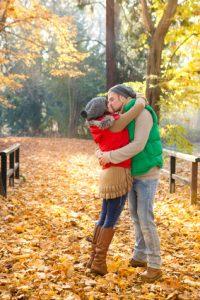 Paar küsst sich im Herbstlaub