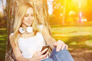 Junge Frau schreibt Nachricht auf Handy