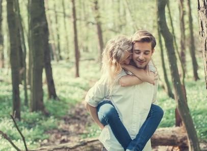 5 Anzeichen, dass ein Mann verliebt ist: Ist er in mich