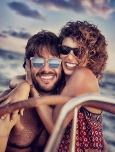 Paar umarmt sich auf Boot