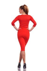 Frau in rotem Kleid mit High-Heels