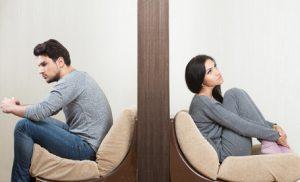 Zerstrittenes Paar sitzt in getrennten Zimmern