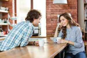 Befreundetes Paar trinkt Kaffee