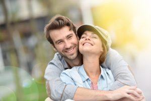 Selbstbewusstes junges Paar umart sich