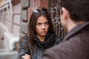 Frau ist sauer auf ihren Mann