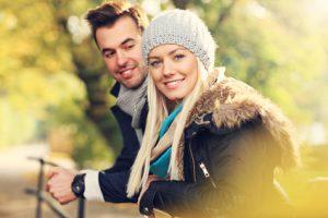Junges Paar in der Herbstsonne