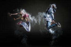Zwei Jugendliche springen hoch