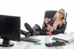 Unabhängige Frau am Arbeitsplatz