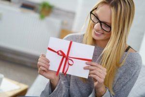 Frau mit Geschenk-Umschlag