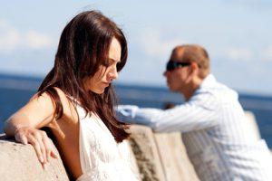 Zerstrittenes Paar steht am Meer