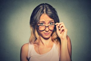 Junge Frau mit Brille, fragender Blick