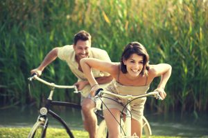 Verliebtes Paar macht einen Fahrradausflug