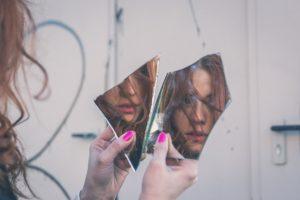 Frau im zersplitterten Spiegel