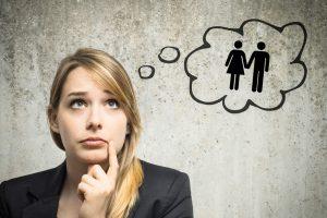 Junge Frau denkt an Partnerschaft